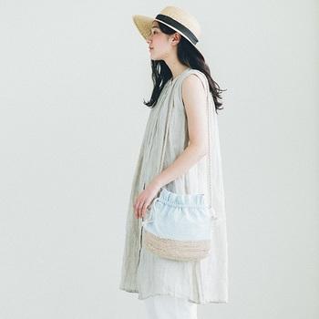 ナチュラルな印象のコーディネートには、丸いラインが愛らしいミニ巾着バッグで落ち着いた印象を演出。柔らかな水色は、水面を連想させるような美しさもあり、より洗練された女性らしさを引き出す事ができます。