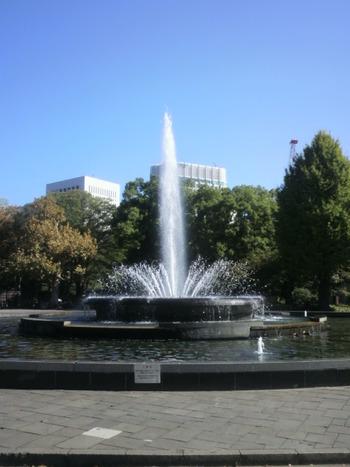 メディアにもよく登場する、日比谷公園最大のシンボル「大噴水」は、涼しげな表情で楽しませてくれます。主噴水の吹き上げ高さは12m。暑さも吹き飛びそですね!