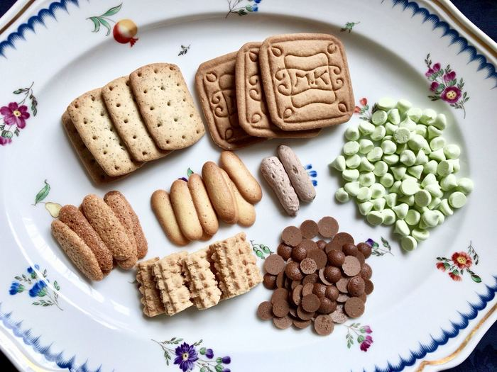 いろんな種類のクッキーをずらっと並べて。選ぶ楽しみがうまれ、パーティーなどで喜ばれそうですね。