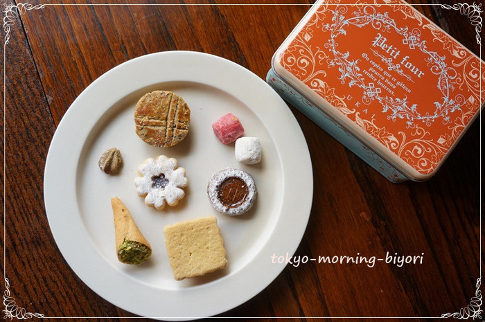 丸いお皿にいろんな種類のクッキーを一枚ずつ。おしゃれで美味しそうに見えますね。