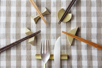 結晶・瞬き・閃光、月。光をモチーフにした真鍮の箸置き。 カトラリーレストは、ナイフとフォークなどのカトラリーを2本並べられる長さは、カトラリーレストとしても使うことが出来ます。箸置きは品のある可愛らしさを放ち、使い勝手も考えられたデザイン。