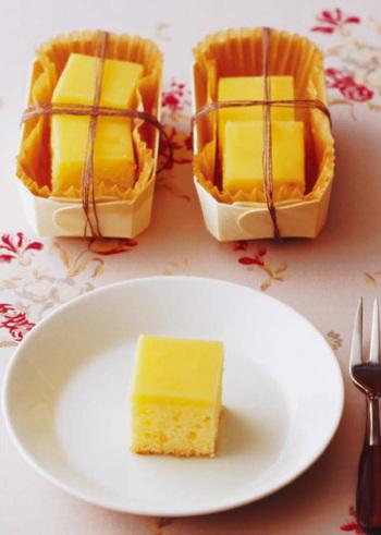 パウンドケーキを焼き、表面にレモンカードを流し入れて固めたスイーツ。シンプルで、飽きのこないお菓子です。崩れにくいので、夏の手土産などにもいいかもしれませんね。