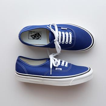 鮮やかなブルーのスニーカーは、足元の差し色にぴったりの一足。デニムやスカートなど、さまざまなコーディネートに合わせやすいのでおすすめです。カジュアルスタイルに一足は持っていたいアイテムですよね♪