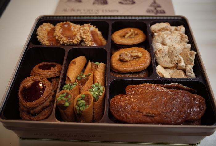 小さな缶の中に、いろんな種類のクッキーや焼き菓子がぎゅっと詰まったクッキー缶。小さい頃に食べて懐かしいイメージを持っている人も多いのではないでしょうか。おしゃれなクッキー缶はお土産などにもぴったり。老舗の洋菓子店のものだけでなく、最近登場した人気のクッキー缶もあるんですよ。