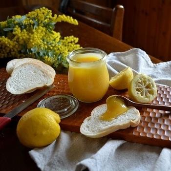 レモンカードのおいしさを味わうには、まずパンにつけてシンプルに楽しみましょう。爽やかな1日の始まりにぴったりな甘酸っぱさですよ。