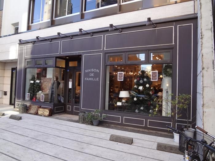 1993年創業のパリのサンジェルマンに本店を持つ「MAISON DE FAMILLE」は、家族の家を意味するライフスタイルショップです。伝統と新しさを融合させた世界観で、エレガントでスタイリッシュな暮らしを提案しています。