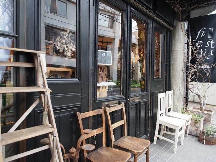 まるでパリのアンティークショップのような「antique finestaRt」。緑豊かな住宅街にあり、碑文谷サレジオ教会の目の前にあるという立地も素敵です。フランスを中心にアンティーク家具や手ごろな価格の雑貨、オブジェなどを扱っています。古いものを慈しむヨーロッパの文化を肌で感じることができます。