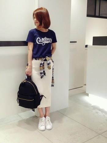 ミモレ丈のタイトスカートは、大人っぽいコーデにしたい時にぴったりです。Tシャツを合わせることでカジュアルダウンしつつも、どこか女性らしさも感じさせる着こなしに。