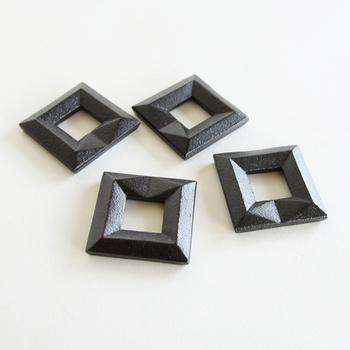鋳心ノ工房(チュウシンコウボウ)の鋳物で出来た箸置きは、手にした時のずっしりとした重量感や、風合いがたまりません。 スッキリとした四角形のデザインはとてもスタイリッシュですが、どこか職人の手仕事による温もりも感じさせてくれるアイテムです。