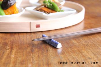 サイズは、小指ほどで小さく細く、半月型のデザインは、食卓に置いても、食器棚の中でも場所を取らない優れものです。 日本の文様をモチーフにした素敵な箸置きで、食卓にさりげないアクセントをプラスしてみませんか!