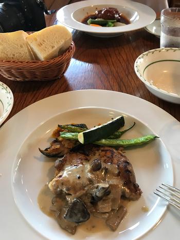 画像は臭みの少ない山梨県のブランド鶏・健味鶏(けんみどり)を使った『健味鶏のグリル』。  このほか『富士桜ポークのロースト』、季節の食材をふんだんに使ったパスタ、カレーなどがあります。子ども向けメニューも。