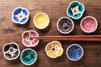 色とりどりの可愛らしいお花がなんとも愛らしい箸置きは、葛西国太郎さんのデザインのもの。 芥子の花が5色、菊の花が5色の全10種類がラインナップ。食卓のイメージに合わせて選べるの楽しみに…。