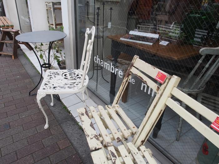 「ニームの部屋」を意味する店名の「chambre de nimes」は、ナチュラルな風合いのアンティーク家具や雑貨を扱うお店です。味のある風合いを残しつつ、しっかりメンテナンスしてあるので実用に耐えるアンティークです。