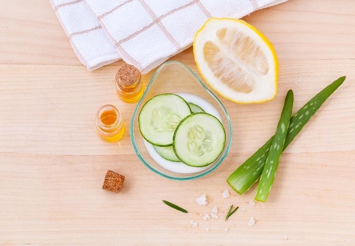 ソラレンを多く含んだ食材を食べてから外出すると日焼けしやすくなると言われています。ソラレンには光毒性があり、体が紫外線を吸収しやすくなるからだそう。ソラレンが多く含む食べ物は、きゅうり・オレンジ・レモンなどです。ビタミン摂取のためにレモンなどを食べている方は、朝ではなく夜がおすすめです。