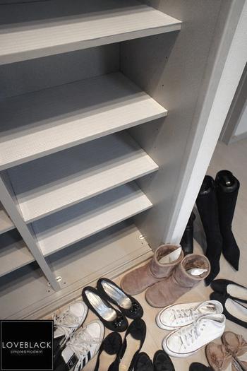 靴箱も定期的にニオイ対策をしておくと◎。季節の変わり目など時期を決めて靴を取り出し、整理してスッキリさせたり、靴箱を掃除したり、棚板に消臭効果のあるシートを貼るのも◎。