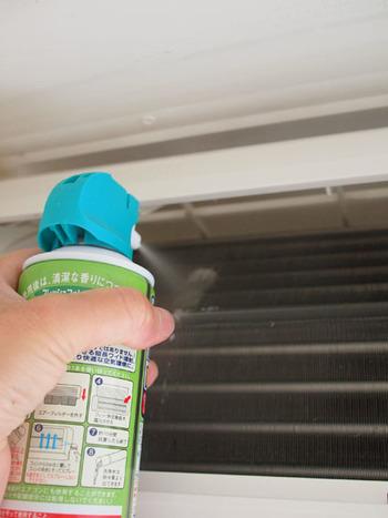 エアコンのフィンの部分などは、市販のエアコン洗浄クリーナーを活用してスッキリさせれば、ニオイ対策だけでなく、エアコンの効率も良くなり節約にもつながるかも。