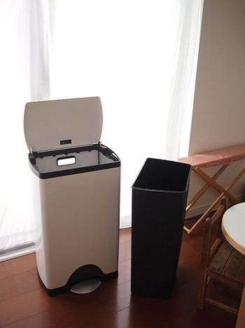 キッチンのゴミ箱は、お天気の良い日に丸洗いするのも◎。洗った後、天日で乾かせばニオイもなくなり、ゴミ箱もキレイになって一石二鳥です。洗い終わったら、上記で紹介したドクダミの葉をゴミ箱のフタに貼っておけば、より効果的かも。