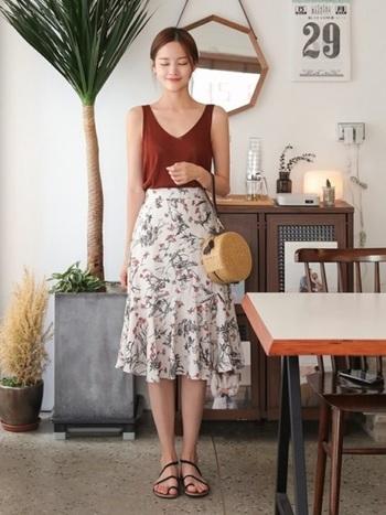優しいタッチの花柄プリントスカートにテラコッタカラーのノースリーブを合わせた、シンプルフェミニンな着こなし。花柄の甘さをアースカラーがナチュラルに見せてくれます。