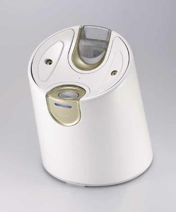 YA-MANのスチーマーはなんと水素水使用。顔だけでなく、デコルテや髪にも使える大容量スチームが魅力です。