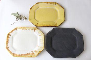 陶器はざらりとした質感のものが多く、釉薬のかかり方もムラがあり、独特の味わいが生まれます。