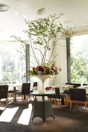 もちろん、「mikuni MARUNOUCHI」の空間は、細沼さんによる芸術的な花装飾で美味しい料理に彩を添えています。