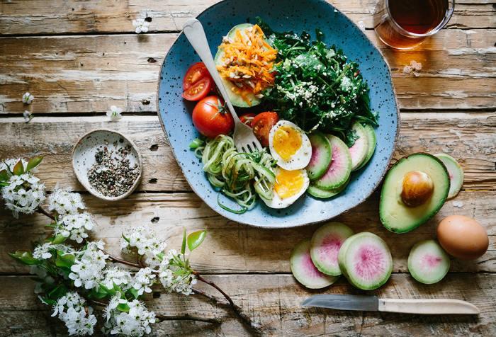 40代になってもハリと艶のある肌で生き生きとした毎日を楽しみたいのであれば、30代のうちから健康的な食生活を意識するのが◎ビタミンやコラーゲン、食物繊維など、美と健康を助けてくれるような栄養バランスの良い食事を心がけて。