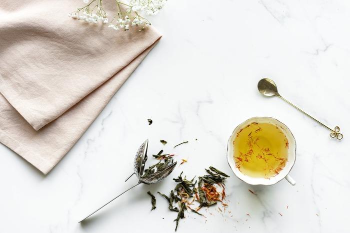 眠れない夜には、カフェインの入っているコーヒーや緑茶・紅茶は避け、「白湯」や「しょうが湯」「ホットミルク」などを選んで。  安眠に誘ってくれる「カモミールティー」もおすすめです。