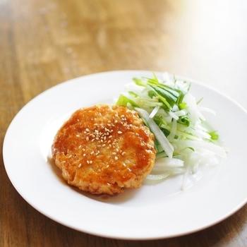 厚揚げとひき肉だけで作れるハンバーグ。厚揚げでカサ増ししていますので、節約レシピとしても活用できますね。ひき肉も鶏肉を使用すれば、よりヘルシーなハンバーグになりますよ♪