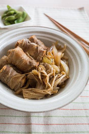 すき焼き風味に仕上げた厚揚げの肉巻き。子どもの好きなおかずが作りたい時にぴったりな一品。野菜とも相性がいいので、冷蔵庫に残った野菜で代用することもできます。