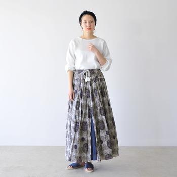 独創的なプリントと立体的なデザインで、スカートルックをモードに昇華。トップスはとことんシンプルにし、スカートが放つ個性を存分に引き立てて。