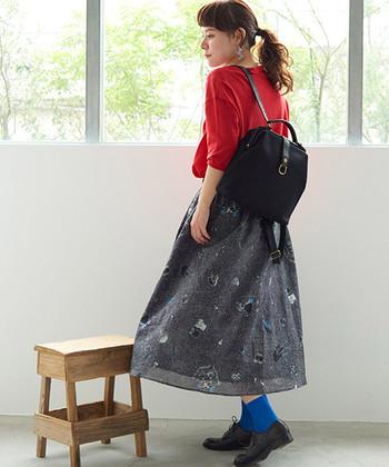 フェアリーなフレアスカートを、ヴィヴィッドカラーのアイテムでサンドウィッチ。遊び心のある着こなしで、マンネリになりがちな初夏スタイルをフレッシュアップさせましょう♪