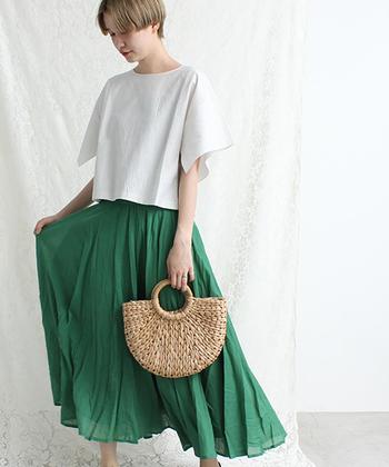 地味になりがちなTシャツスタイルを、鮮やかなグリーンのフレアスカートでブライトアップ!クロップドのTシャツなら、ウエストINしなくてもバランスの良い着こなしに。さらにかごバッグで季節感もプラス。