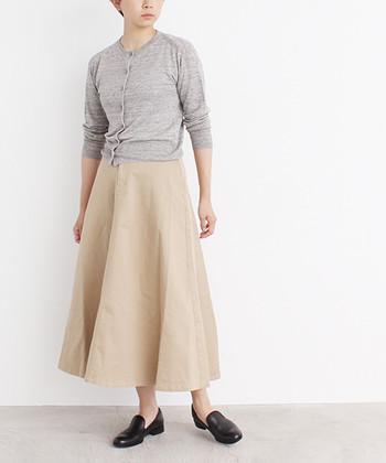 シンプルなワンツーコーディネートは、フレアスカートでドラマティックに格上げ。サーキュラータイプなら、さらにダイナミックな揺れ感が楽しめます。色は穏やかなトーンでまとめて柔らかい着こなしに。