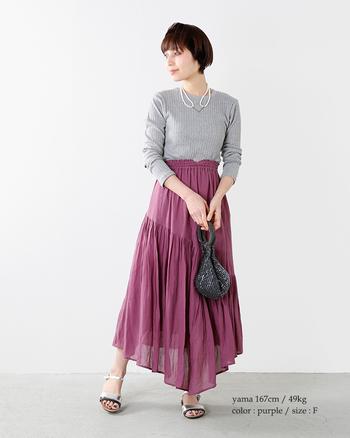 ローズカラーのフレアスカートは、切り替えとアシンメトリーなヘムラインが印象的♪一枚で十分女性らしさがあるから、プレーンなプルオーバーを持ってきてもロマンティックに仕上がります。