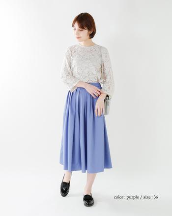 「フレアスカートは着たいけど、甘くなり過ぎるのがちょっと不安…」という方は、清々しいブルー系をセレクト。センシュアルなレースブラウスも、ガラリと清楚なイメージに転びます。