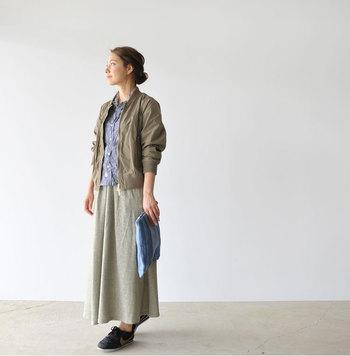 ラフな印象のスウェットも、フレアスカートで取り込めばフェミニンな表情にシフト。中でも軽やかな薄手素材を選ぶことで、ニュアンスたっぷりの出で立ちに!リラクシーに過ごしたい休日スタイルのお手本です。