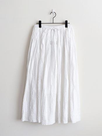 装いに華が生まれる、フレアのロング丈スカート。色やデザインはもちろん、素材によっても着こなしの印象は変わってきます。ぜひお気に入りの一枚を見つけて、可憐なデイリースタイルを楽しんでくださいね♪