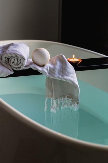 温かい身体を作るには、下半身を温めることが重要です。半身浴は38~40度くらいのお湯をはり、おへそくらいまでつかります。そのまま20分程度のんびりとバスタイムを過ごしましょう。身体が温まり、じんわりと汗が出てきます。上半身が寒い場合はバスタオルをかけたり、事前に首までしっかりお湯につかったりしておくと良いでしょう。