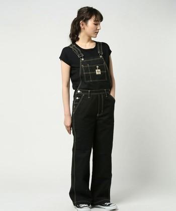 全身ブラックのワントーンでまとめたクールなスタイリング。一色だけをセレクトしたミニマムな雰囲気が、大人っぽさを作ります。