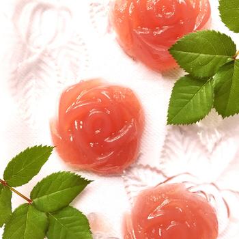 こちらは、ラズベリージャムで色付けしたピンク色が愛らしい、バラモチーフの寒天デザート。寒天は凝固力が高いので、複雑なデザインの型を使ってもきれいな形を保ってくれるのも魅力です。
