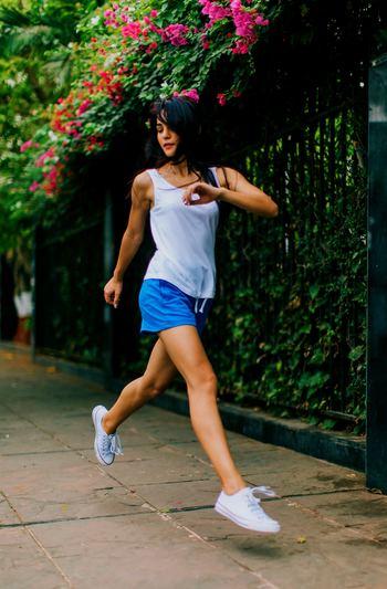 下半身の運動で最適なのは、ウォーキングやサイクリング。ウォーキングは、通勤や買い物にのついでに30分程度を目安に毎日やってみましょう。筋肉をつけると、基礎代謝も上がるので痩せやすい身体にもなり一石二鳥です。