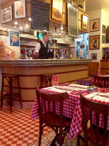 本場のビストロの雰囲気を満喫できる「ル・プティ・トノー 九段店」は、内装材や家具など全てをフランスから取寄せたこだわりの店内です。本場の味を楽しめるとあってフランス人のお客も多く、店内はフランス語が飛び交います。