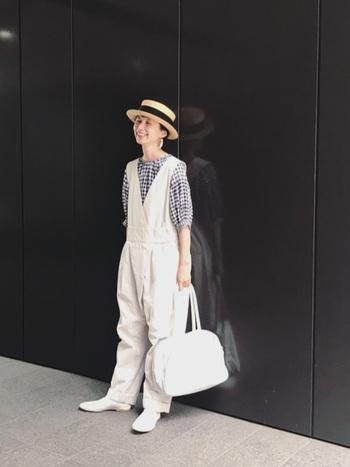ギンガムチェックのブラウスを仕込み、好印象なガーリースタイルに。季節感のあるカンカン帽が、コーディネートをノスタルジックに転ばせます。