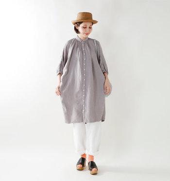 小ぶりの襟の下からのびるギャザーが印象的なふんわりシャツワンピース。お尻をすっぽり隠す丈感&立体シルエットは、細身のパンツと合わせることですっきりと見せることができます。