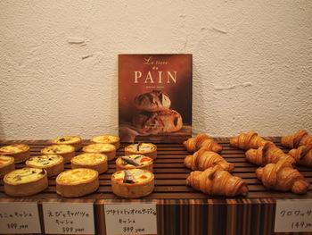 パンの種類も多く、常時40種類をそろえています。キッシュやクロワッサン、フーガ、パン・オ・ショコラなど、フランスの定番が楽しめます。