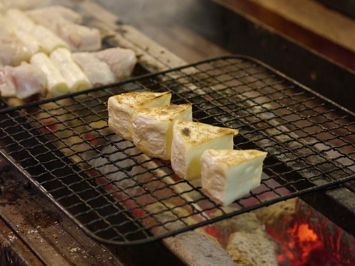 創業85年銀座鳥繁3代目が、プロデュースしているので焼き鳥のお味は逸品です。チーズ焼き(カマンベール)や焼トマト、相鴨の焼鳥など、独特もメニューも見逃せませんね。