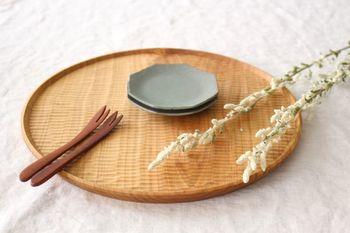 茨城県笠間市で作陶されている平沢佳子さんは、「料理を美味しく、食事を楽しくする力を持つ器」をコンセプトにシンプルで使いやすいうつわを数多く制作されています。薄荷色の八角小皿は、透明感があって大人のためのうつわという雰囲気ですね。
