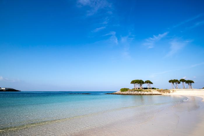 真っ白な砂浜と、透き通る青い海が織りなすエメラルドビーチは、ラグーン(礁湖)内にあるビーチで、沖縄県本島の中でも屈指の人気を誇ります。