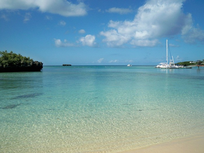 陽射しを浴びてキラキラと輝く白砂と、青い海のコントラストが美しい万座ビーチは、沖縄本島北西部の国頭郡恩納村に位置するビーチです。