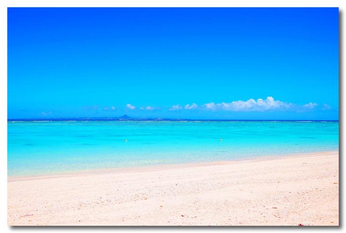 沖縄本島中西部に位置する離島、瀬底島にある瀬底ビーチは、全長約800メートルのビーチです。抜けるような青空と、キラキラと輝く白砂のコントラストの美しさは格別です。瀬底ビーチは、沖縄本島から簡単にアクセスできる離島の中でも特に人気があるビーチです。